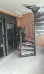 Escalera de acceso a la planta superior