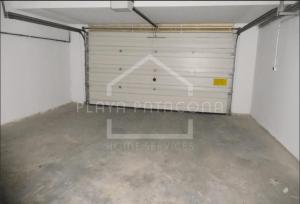 Amplio garaje en sótano para dos coches