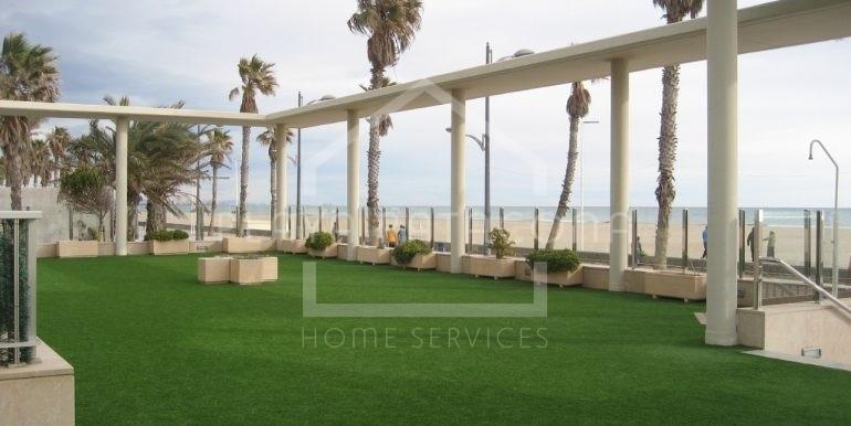 Amplio jardín con vistas al mar