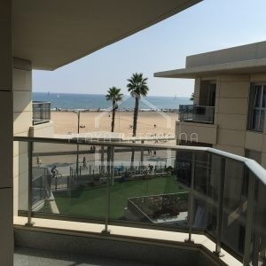 terraza lateral con vistas al mar