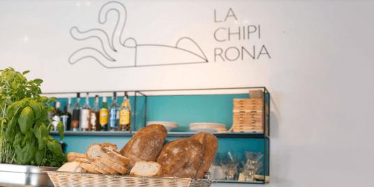 Interior del restaurante La Chipirona con cesta de pan