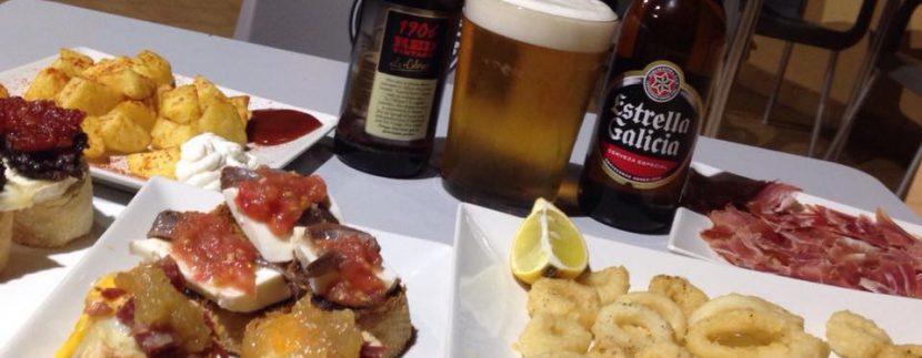 tapas y cervezas en el bar cafe arena de mar